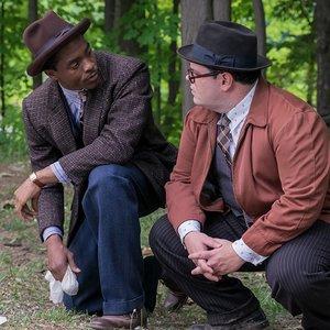 چادویک بوزمن و جاش گد در نمایی از فیلم درام بیوگرافی « مارشال »