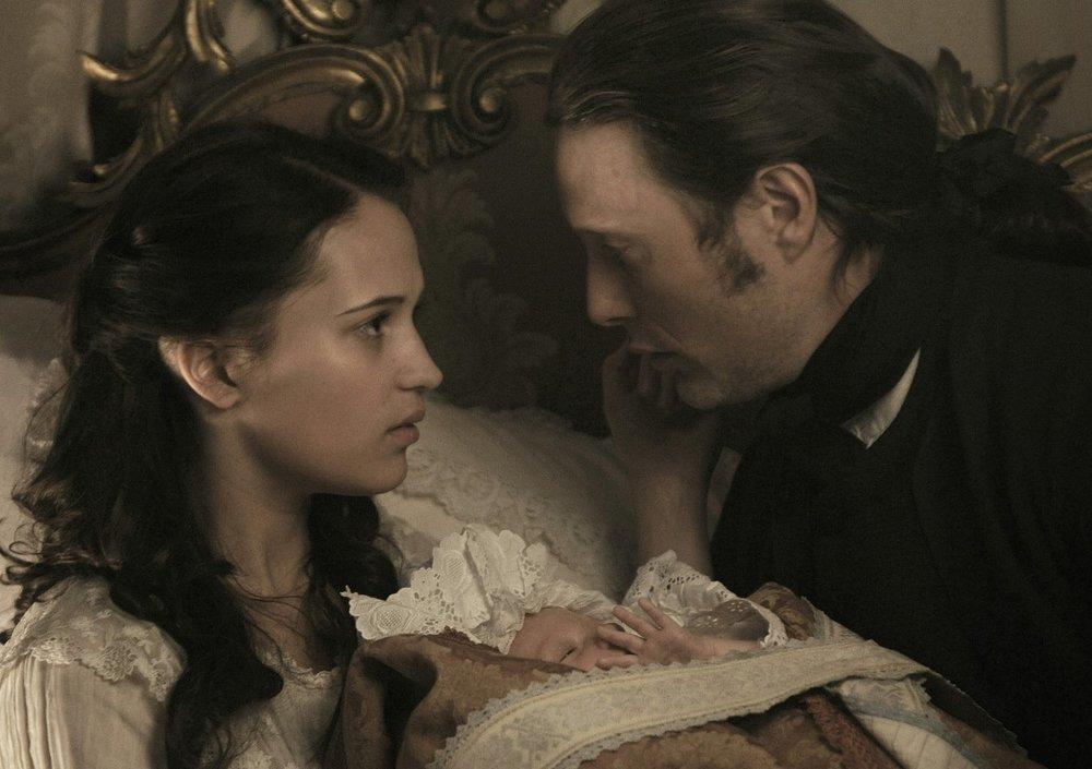 مدس میکلسن و آلیسیا ویکاندر در فیلم سینمایی «یک رابطه سلطنتی»(A Royal Affair)