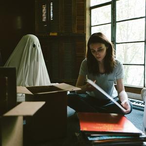رونی مارا در « داستان یک روح »( A Ghost Story )