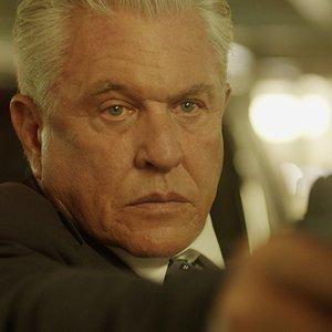 تام برنگر در نمایی از فیلم سینمایی« پلیس ها و سارقان »