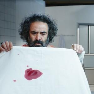 حسن معجونی در نمایی از فیلم سینمایی «خوک»