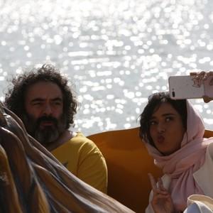 حسن معجونی و پریناز ایزدیار در نمایی از فیلم «خوک»