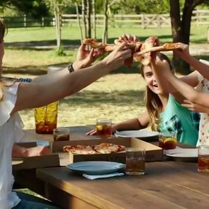 جنیفر گارنر و کیلی راجرز در نمایی از فیلم بیوگرافی « معجزه هایی از بهشت»