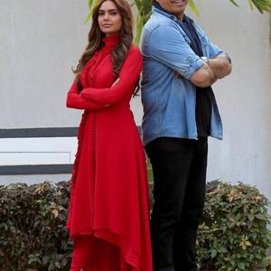 حمید فرخ نژاد و اشا گوپتا در پشت صحنه فیلم «دختر شیطان»