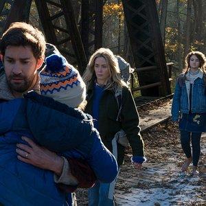 امیلی بلانت, جان کرازیسکی, میلیسنت سیموندز و نواه جوپ در فیلم « یک مکان ساکت»