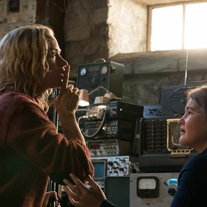 امیلی بلانت و میلیسنت سیموندز در نمایی از فیلم ترسناک و هیجانی « یک مکان ساکت»