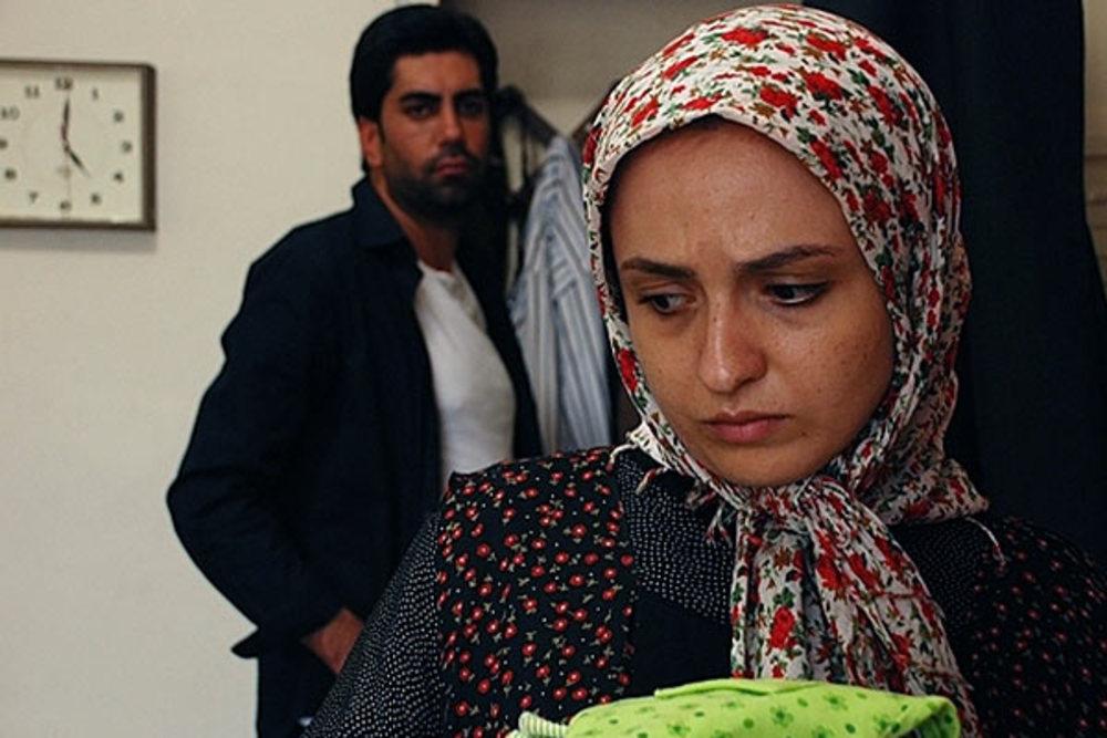 گلاره عباسی و حسام بیگدلو در فیلم اشیاء از آنچه در آیینه می بینید به شما نزدیکترند