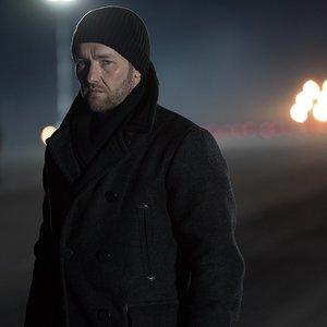 جوئل ادگورتون در فیلم سینمایی گنجشک سرخ