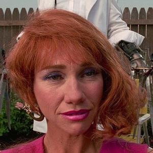 کتی بیکر در فیلم سینمایی ادوارد دست قیچی