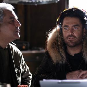 محمدرضا گلزار و مهران مدیری در فیلم «ما همه با هم هستیم»