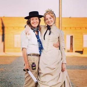 جسیکا چستین و سوزانا وایت در فیلم سینمایی زن جلو می رود (Woman Walks Ahead)