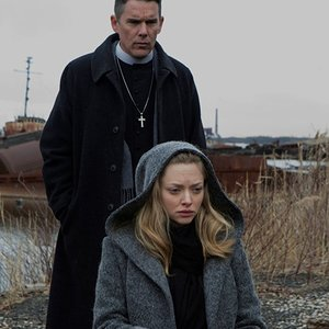 ایتن هاک و آماندا سایفرد در نمایی از فیلم سینمایی «اولین اصلاح شده» (First Reformed)
