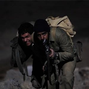 نمای از بابک حمیدیان و سلمان فرخنده در فیلم پنجاه قدم آخر