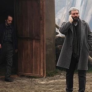 کامبیز دیرباز در نمایی از فیلم سینمایی خاکستر و برف