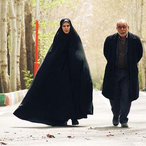 پرویز پرستویی و آهو خردمند در نمایی از فیلم « میهمان داریم »