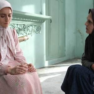 آهو خردمند و سهیلا گلستانی در نمایی از فیلم سینمایی « میهمان داریم »