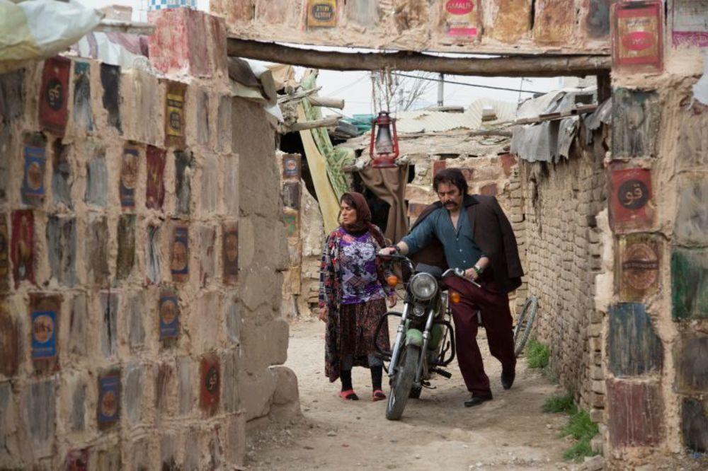 محمود اردلان و بهناز جعفری در نمایی از سریال نمایش خانگی «دندون طلا»