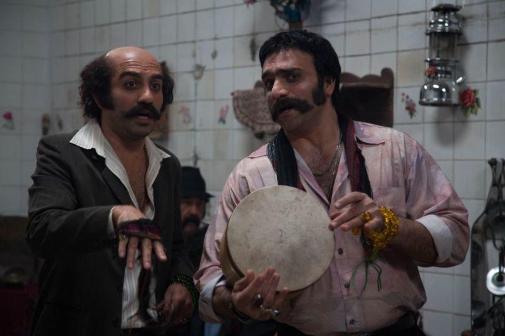 فرزین صابونی و انوش معظمی در نمایی از سریال نمایش خانگی «دندون طلا»