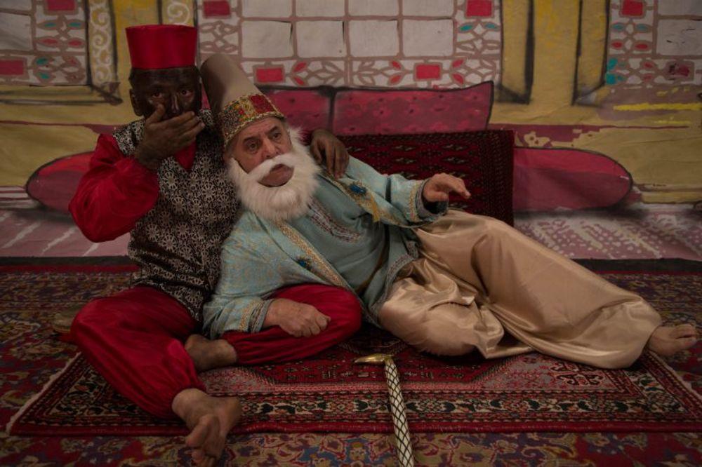 سيروس گرجستاني و حمیدرضا آذرنگ در نمایی از سریال نمایش خانگی «دندون طلا»
