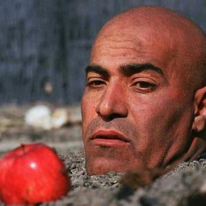 ذبیح افشار در نمایی از فیلم «باز هم سیب داری؟»