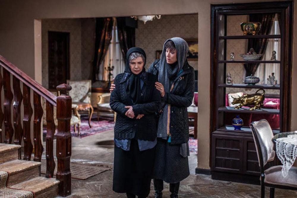مهتاب کرامتی و افسر اسدی در نمایی از فیلم «جامه دران»