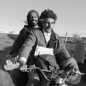 محسن نامجو و نادر فلاح در نمایی از فیلم «چند کیلو خرما برای مراسم تدفین»