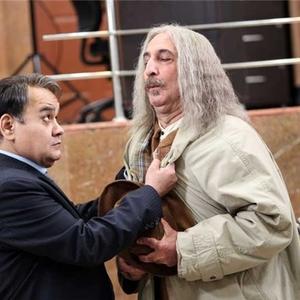 اکبر عبدی و فرهاد آئیش در نمایی از فیلم «بچگیتو فراموش نکن»