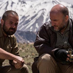 هومن سیدی و رضا بهبودی در نمایی از فیلم «اینجا کسی نمی میرد»