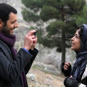 هنگامه حمیدزاده و پدرام شریفی در نمایی از فیلم سینمایی «متولد 65»