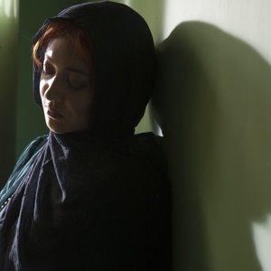 نیکی کریمی در نمایی از فیلم سینمایی «ربوده شده»