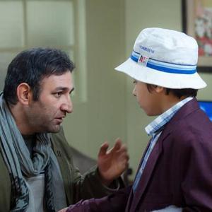 هدایت هاشمی و سپهراد فرزامی در نمایی از فیلم سینمایی «به دنیا آمدن»