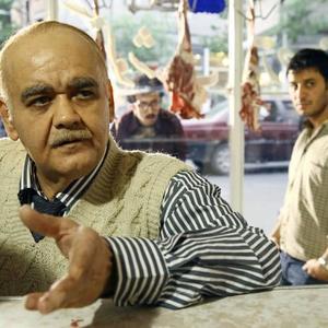 جواد عزتی و اکبر عبدی در نمایی از فیلم «در مدت معلوم»