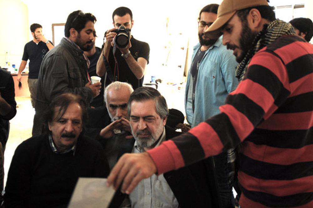 بازدید مجید مجیدی از پشتصحنه «ایستاده در غبار»