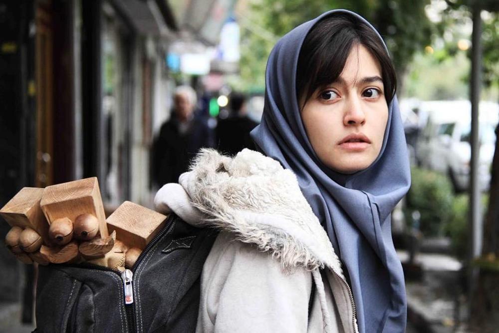 پردیس احمدیه در نمایی از فیلم سینمایی «لاک قرمز»