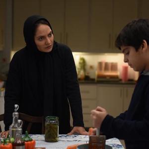 مهناز افشار و مانیا رحمانی در نمایی از فیلم «خانهای در خیابان چهل و یکم»
