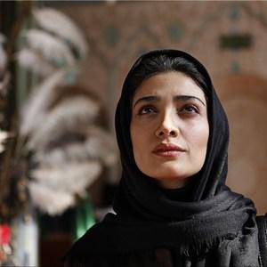 مینا ساداتی در نمایی از فیلم «پرسه در شهر لاجوردی» ساخته محمدعلی نجفی