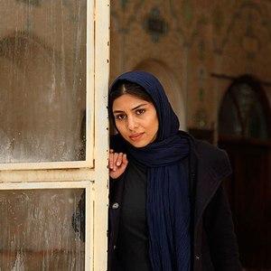 فتانه ملک محمدی در نمایی از فیلم «پرسه در شهر لاجوردی» ساخته محمدعلی نجفی
