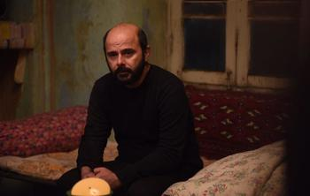 علی مصفا در نمایی از فیلم «خانهای در خیابان چهل و یکم»