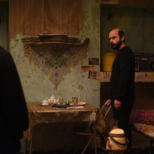 علی مصفا در نمایی از فیلم «خانهای در خیابان چهل و یکم» ساخته حمیدرضا قربانی