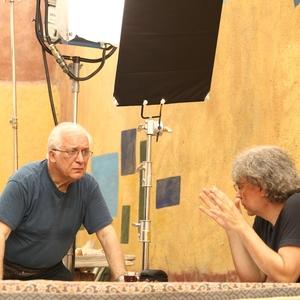 مهدي احمدی و خسرو سینایی در نمایی از پشت صحنه فیلم «جزیره رنگین»