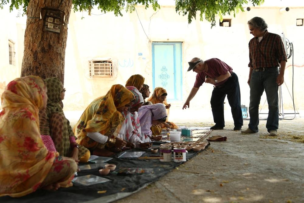مهدي احمدی و خسرو سینایی در پشت صحنه فیلم سینمایی «جزیره رنگین»