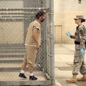 کریستن استوارت و پیمان معادی در نمایی از فیلم «کمپ ایکس ری»(Camp X-Ray)