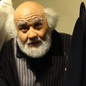 اکبر عبدی در نمایی از فیلم «آدم باش»