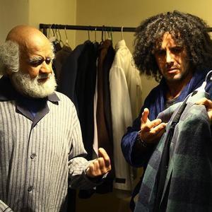 امین حیایی و اکبر عبدی در نمایی از فیلم «آدم باش»