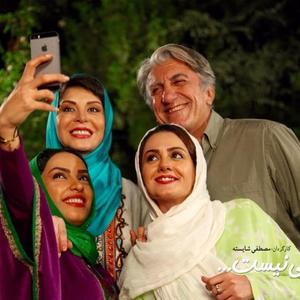 رضا کیانیان، افسانه بایگان، بیتا سحرخیز و بیتا احمدی در نمایی از فیلم «خبر خاصی نیست»