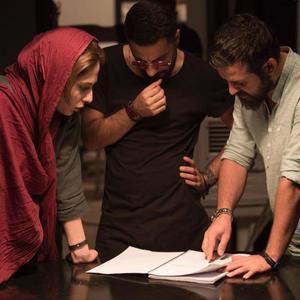 هومن سیدی، نوید محمدزاده و رعنا آزادی ور در نمایی از پشت صحنه فیلم «خشم و هیاهو»