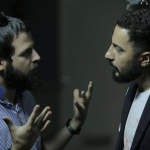 نوید محمدزاده و هومن سیدی در پشت صحنه فیلم «خشم و هیاهو»