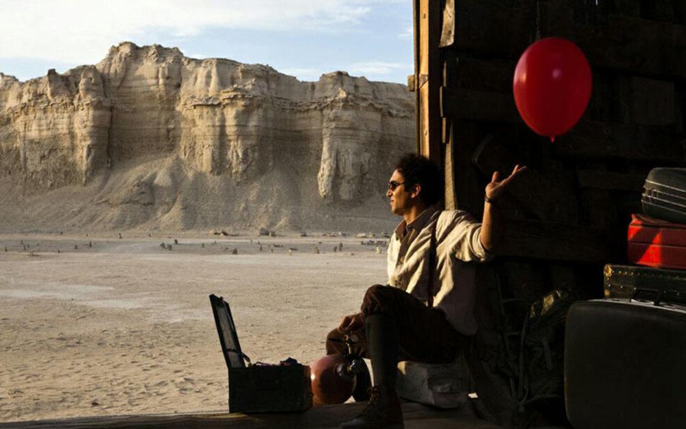همایون غنیزاده در نمایی از فیلم «اژدها وارد میشود!»