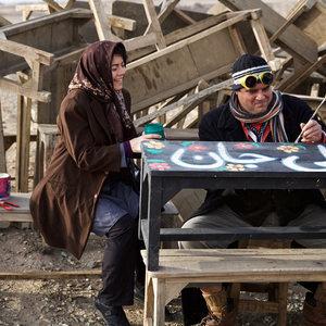 هومن برق نورد و مهتاب نصیرپور در نمایی از فیلم «سینما نیمکت»