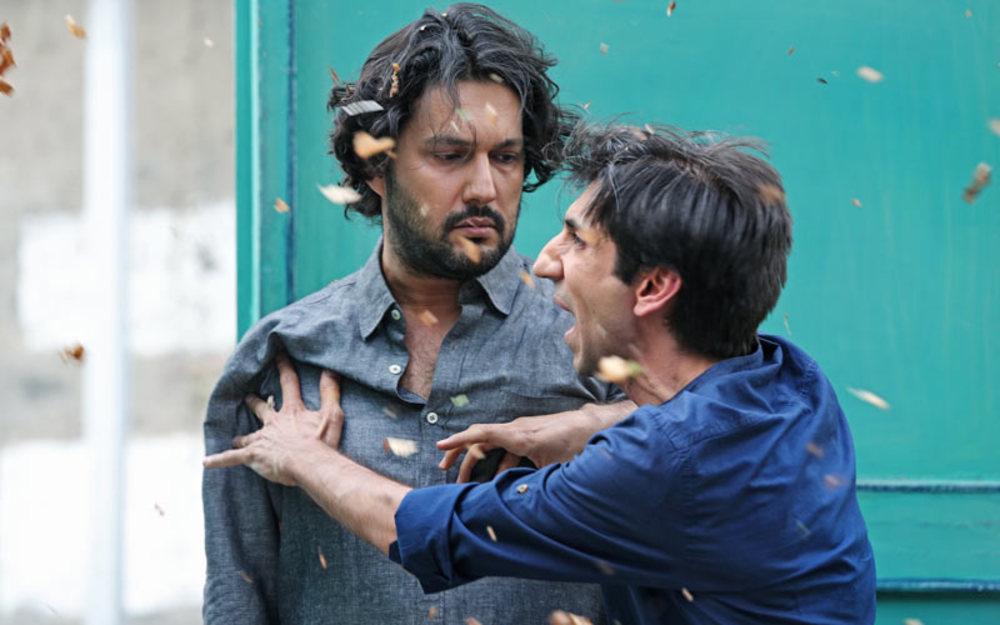 حامد بهداد و سینا رازانی در نمایی از فیلم «نیمه شب اتفاق افتاد»